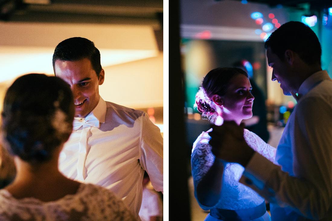 Hochzeitspaar sieht sich beim Tanz an