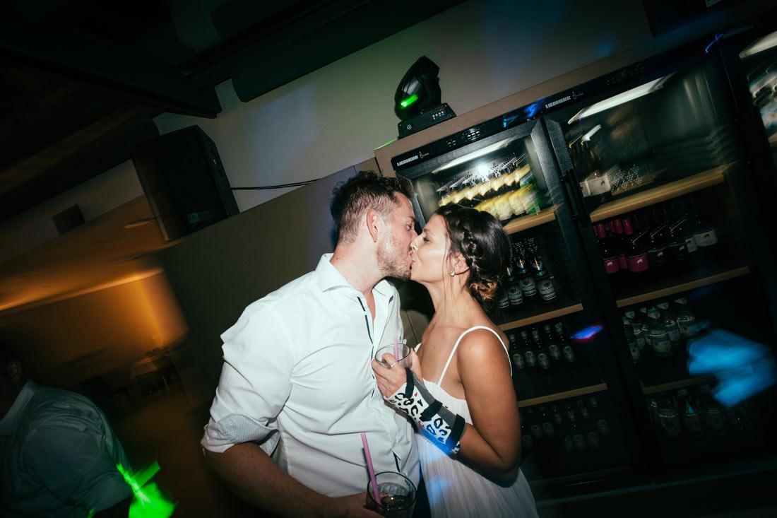 Partygäste küssen sich