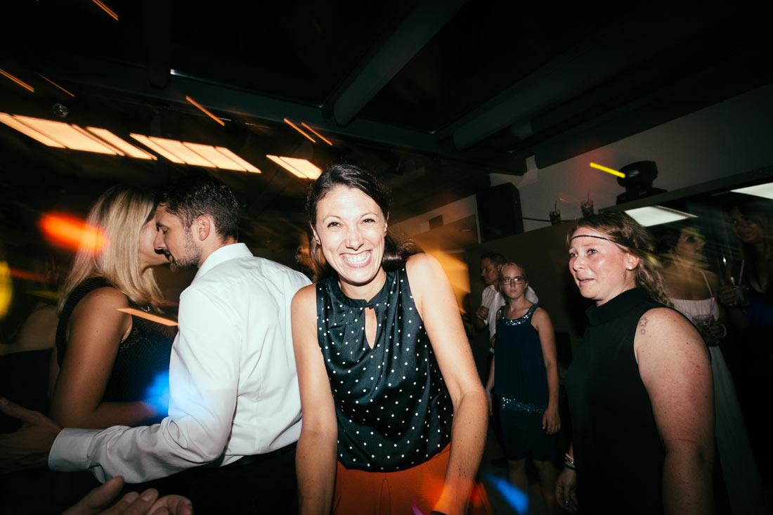 Lachende Frau auf der Party