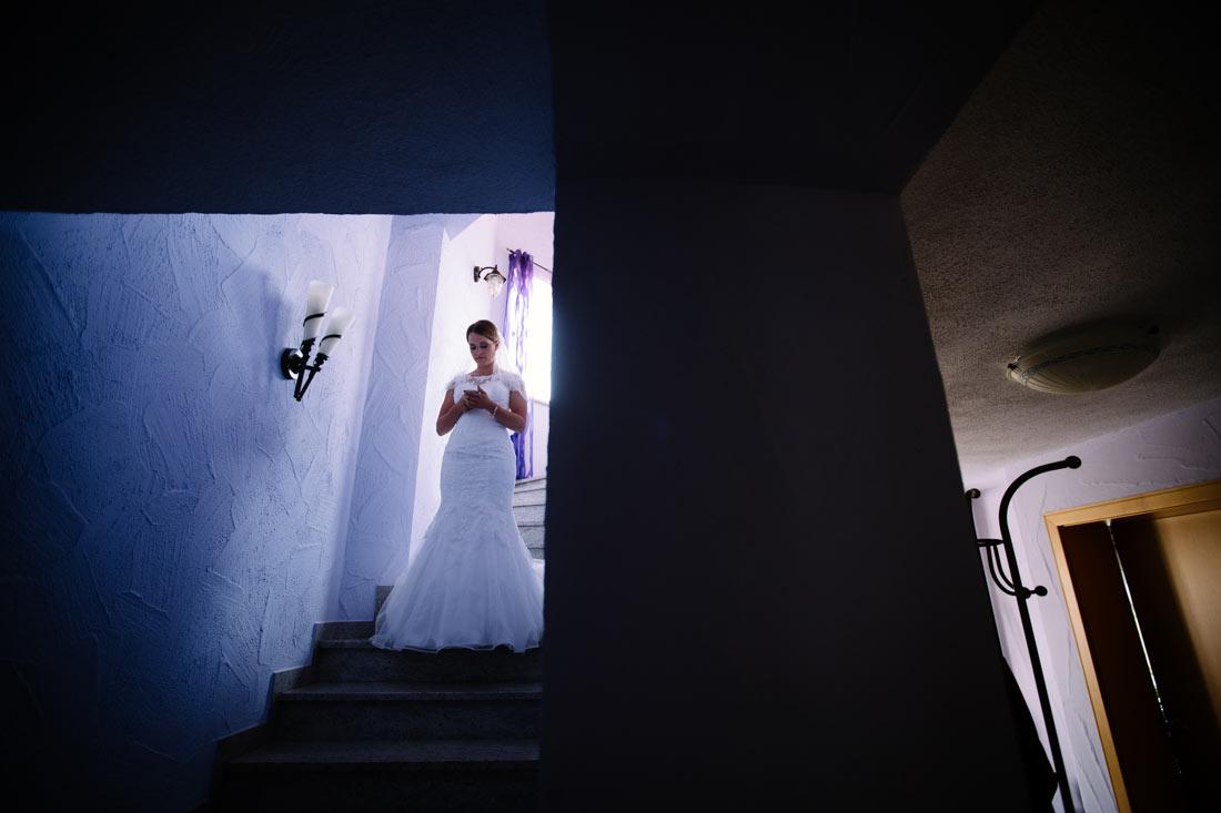Braut steht im Treppenhaus