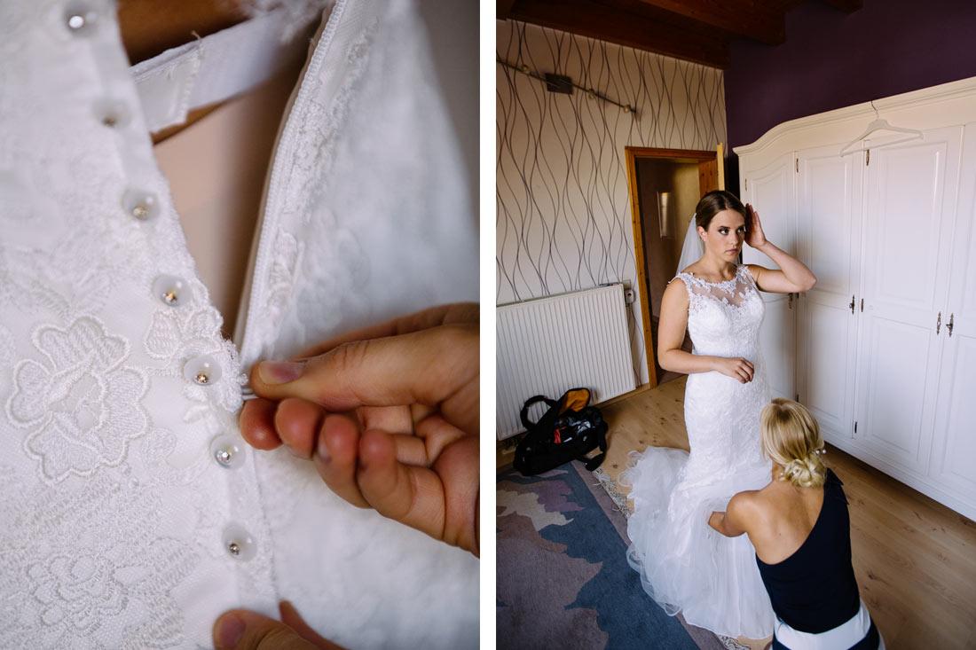 Das Kleid wird zugeknöpft
