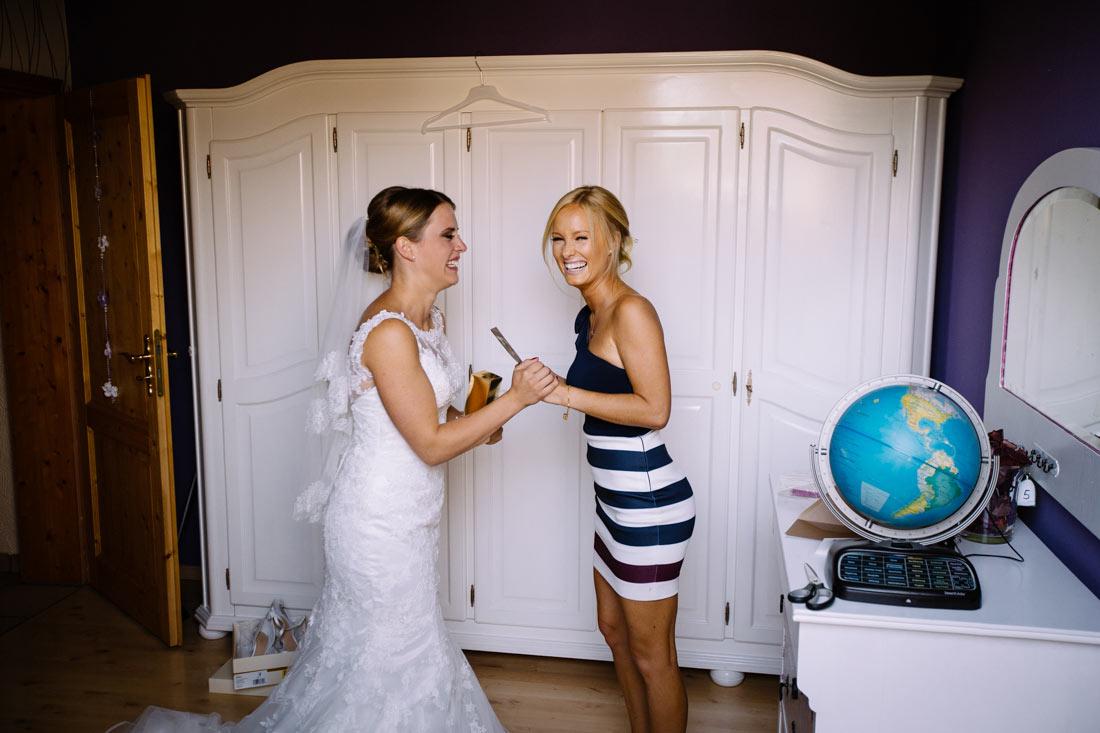 Braut lacht mir ihrer Trauzeugin