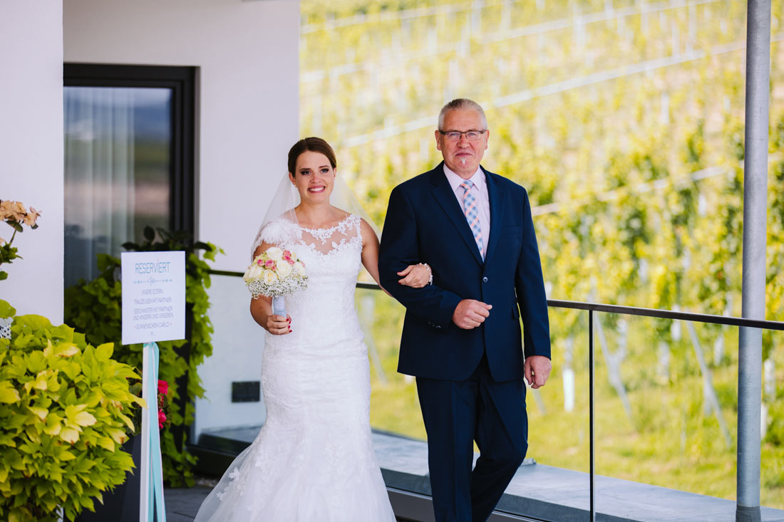 Die Braut kommt mit ihrem Vater