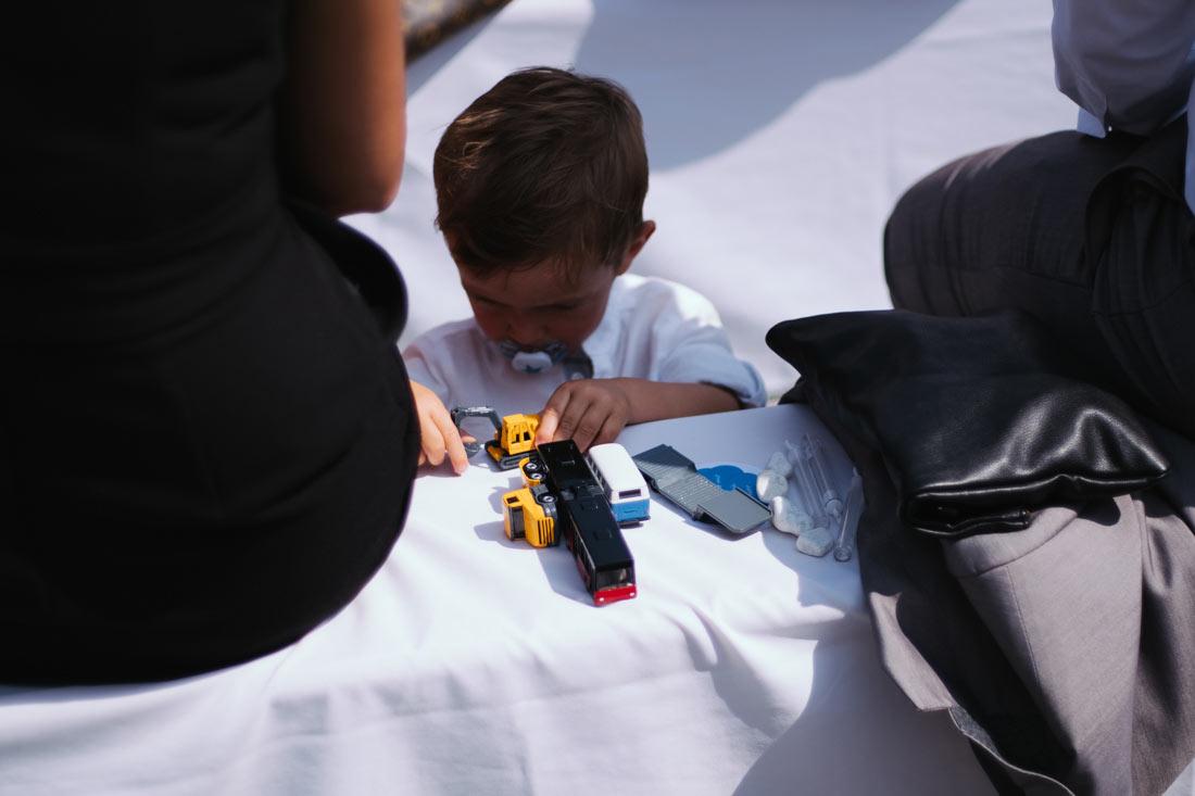Eine Junge spielt mit seinen Autos