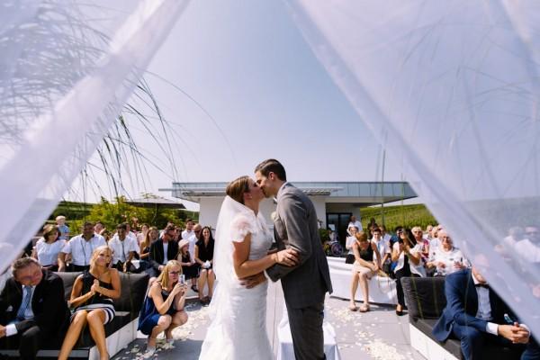 Hochzeitskuss unter freiem Himmel