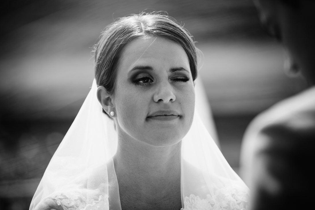 Braut zwinkert