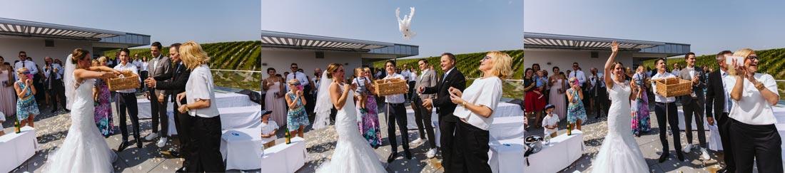 Braut lässt die Tauben fliegen