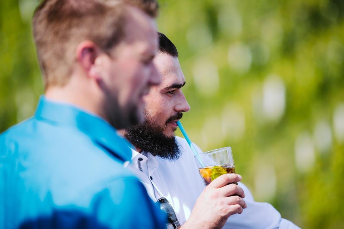 Hochzeitsgast trink einen Cocktail