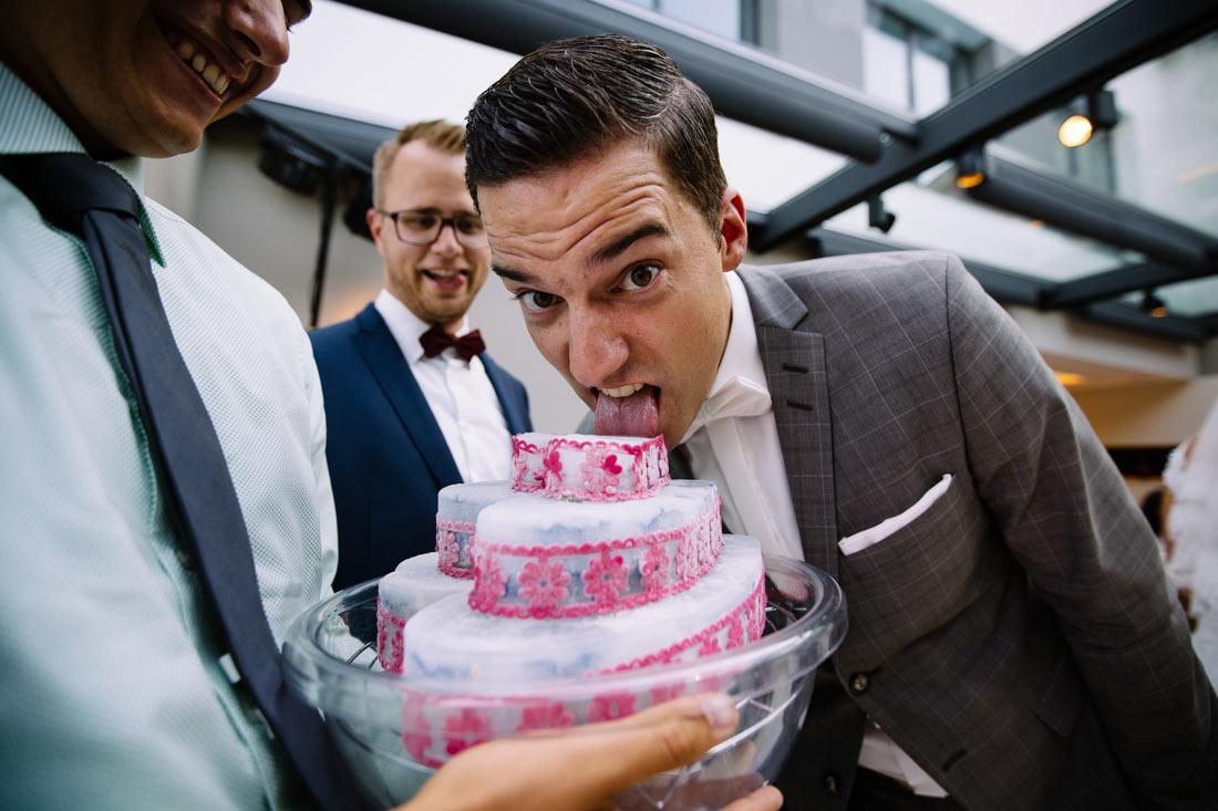 Bräutigam leckt an Eistorte