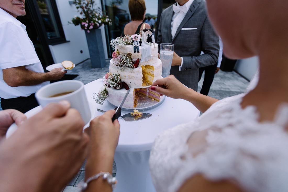 Die Braut schneidet den Kuchen