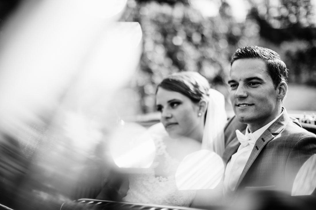 Hochzeitspaar im Cabrio