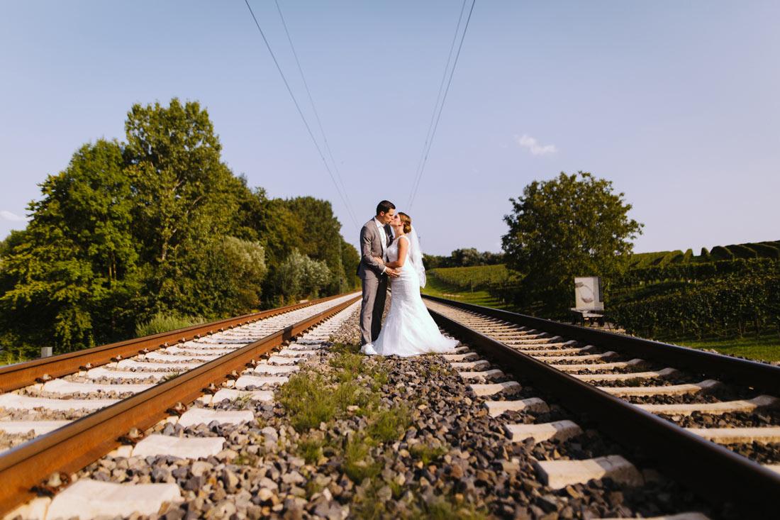 Hochzeitsfoto auf Bahngleisen
