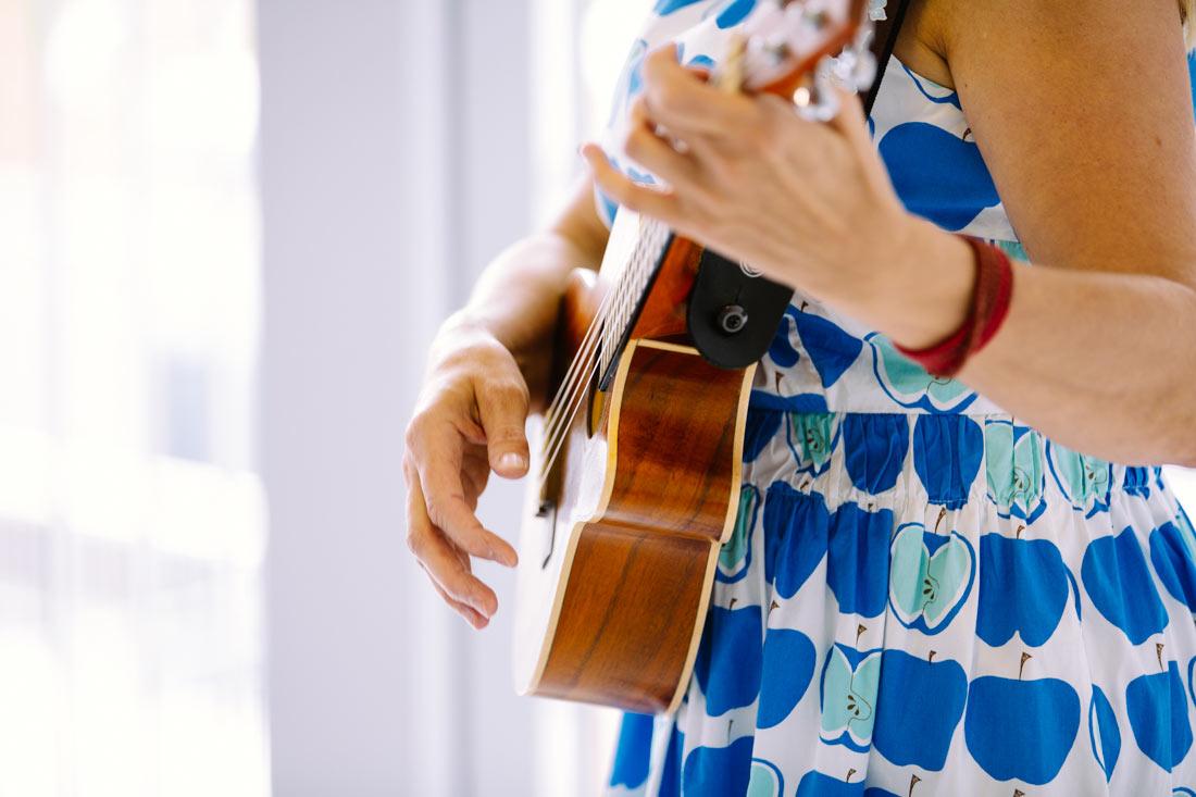 Die Musikerin spielt auf ihrer Gitarre