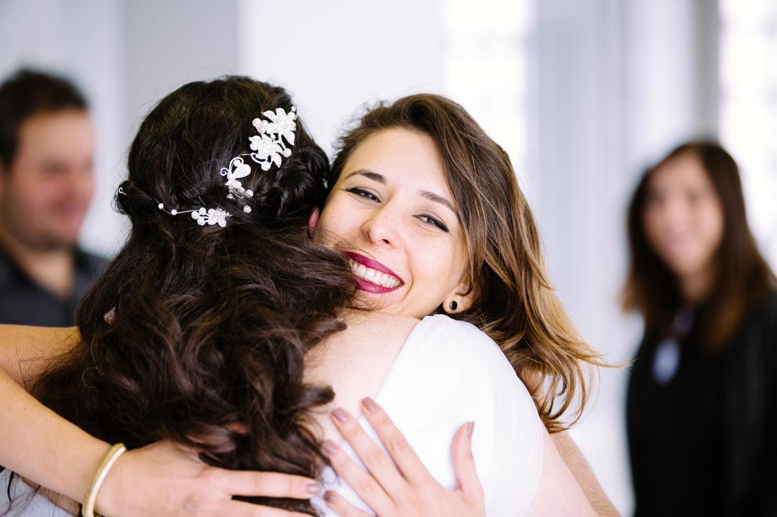 Glücklicher Gast umarmt die Braut