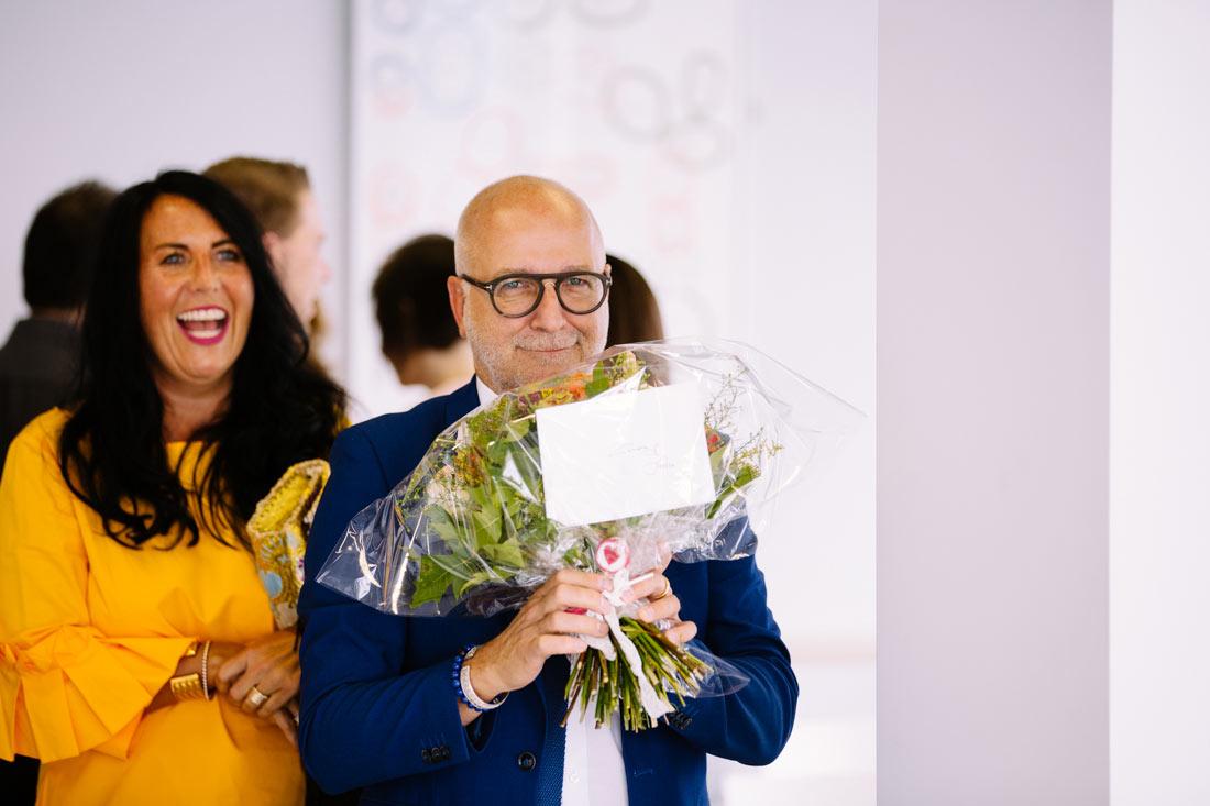 Hochzeitsgast mit einem Blumenstrauss