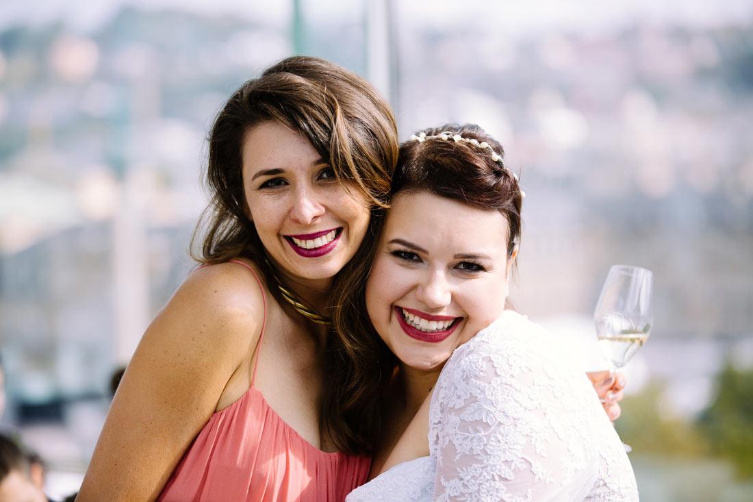 Braut lässt sich mit Gast fotografieren