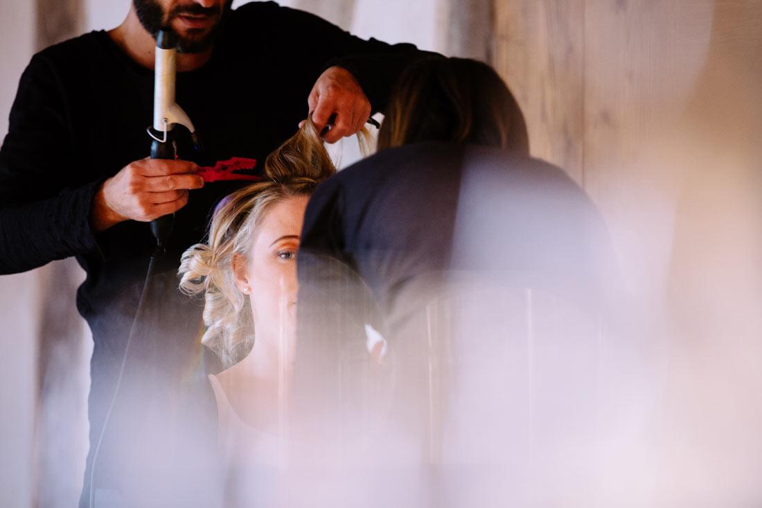 Haare und Make-up werden gemacht