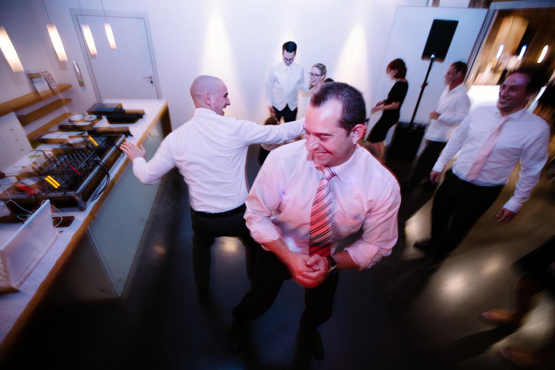 Zwei Männer haben Spaß auf der Tanzfläche
