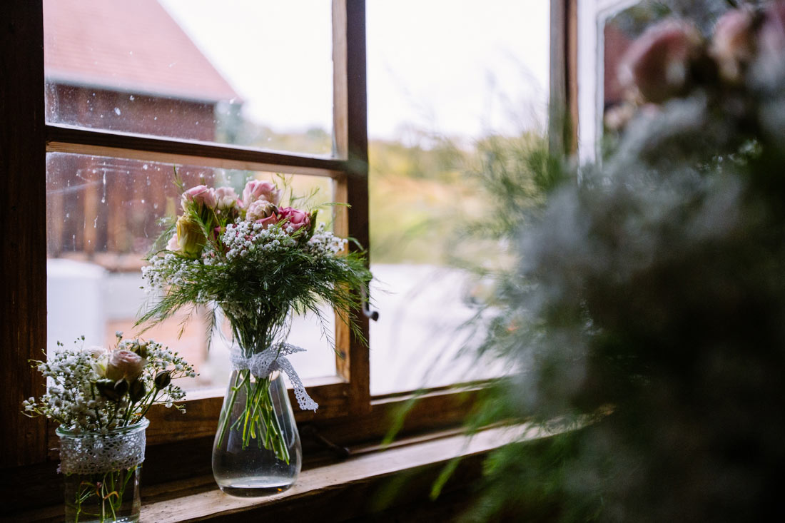 Blumendeko am Fenster