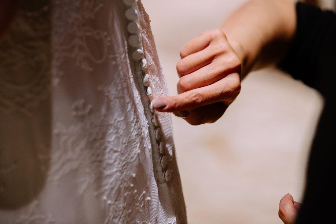 Letzte Hand am Kleid