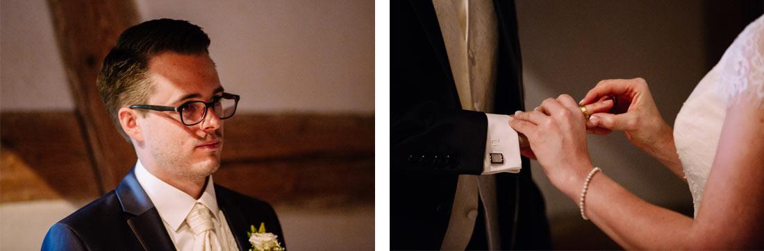 Die Braut steckt den Ring an