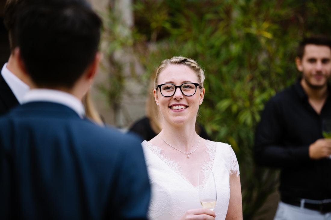 Braut beim Sektempfang