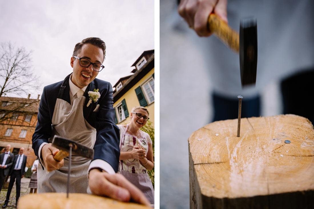 Bräutigam haut den Nagel ins Holz