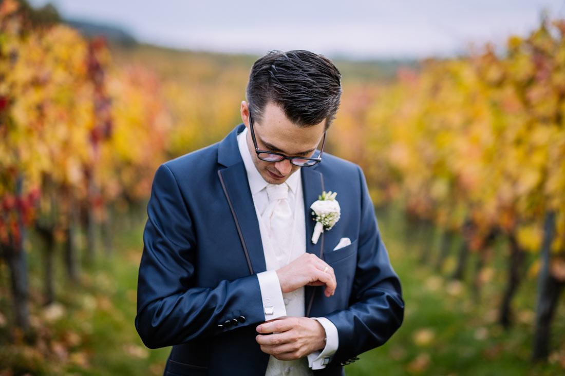 Bräutigam richtet sein Hemd