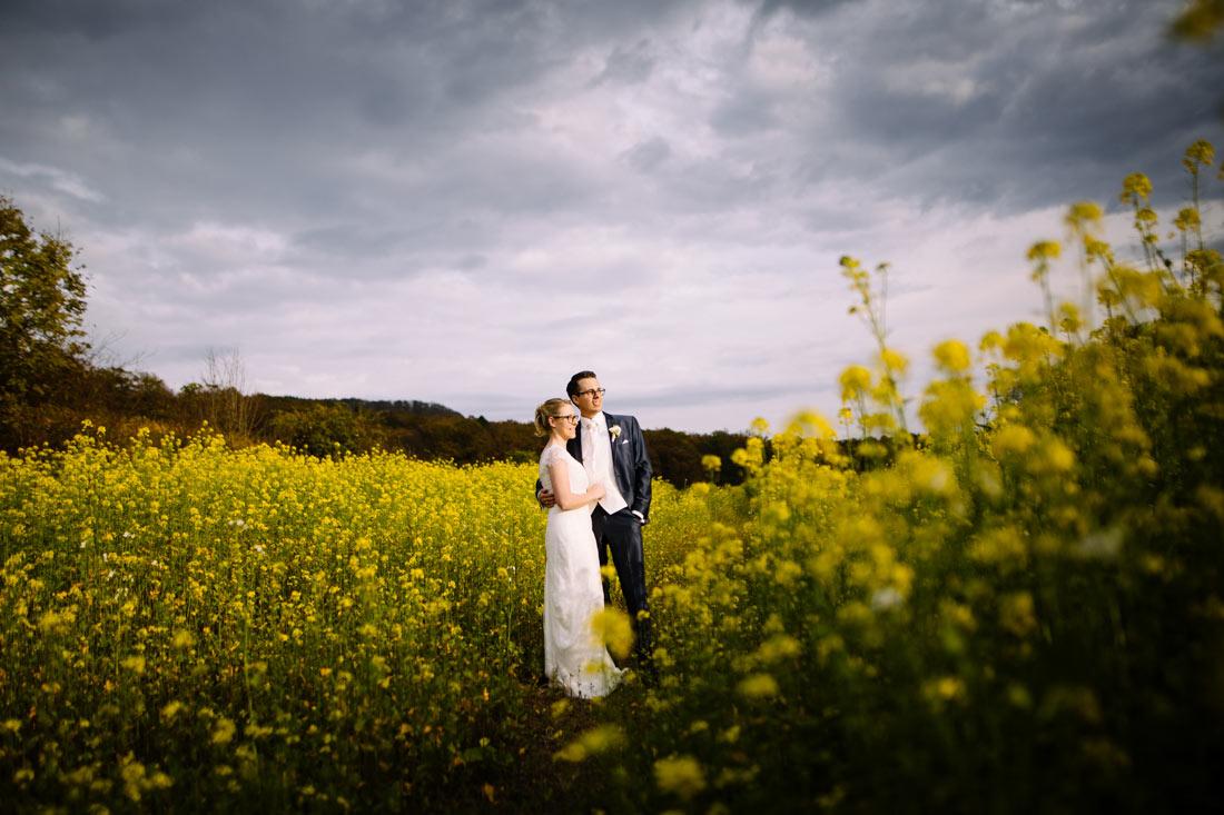 Paar im Rapsfeld