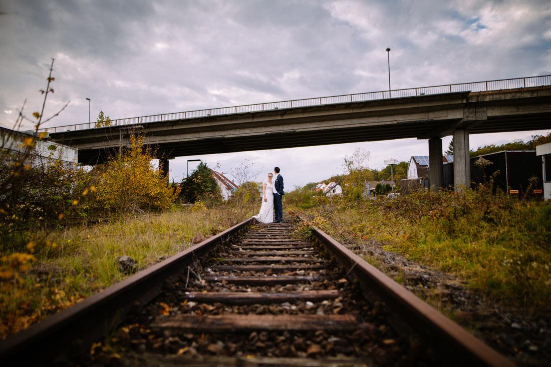 Hochzeitspaar auf den Gleisen