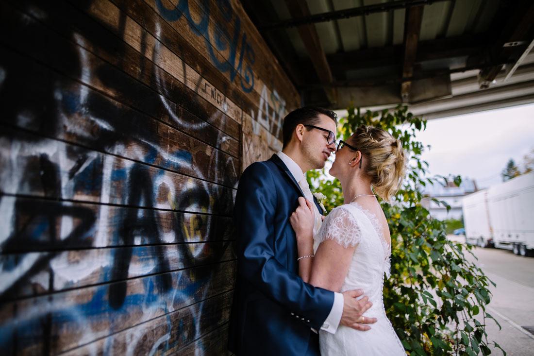 Intimer Moment eines Hochzeitspaars