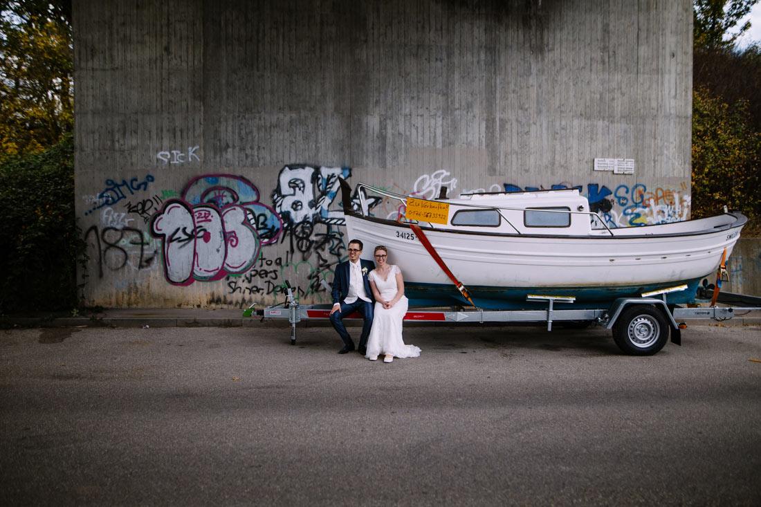 Hochzeitspaar sitzt auf dem Boot