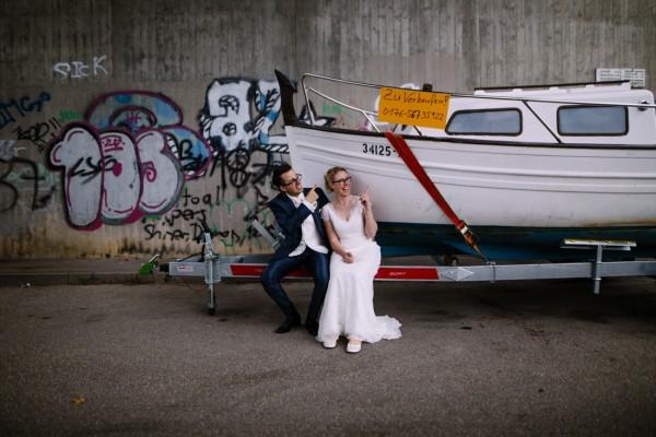 Hochzeitspaar mit einem Boot