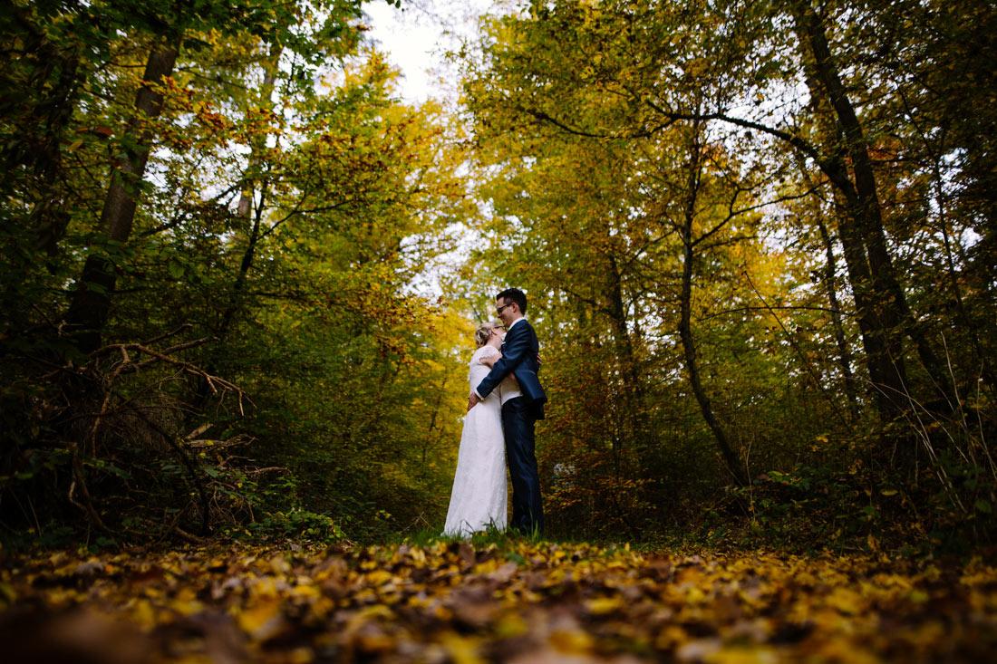 Hochzeitspaar im herbstlichen Wald