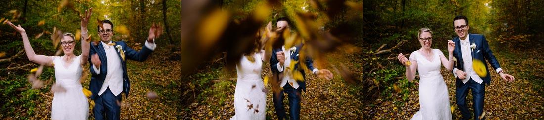 Brautpaar wirft mit Blättern