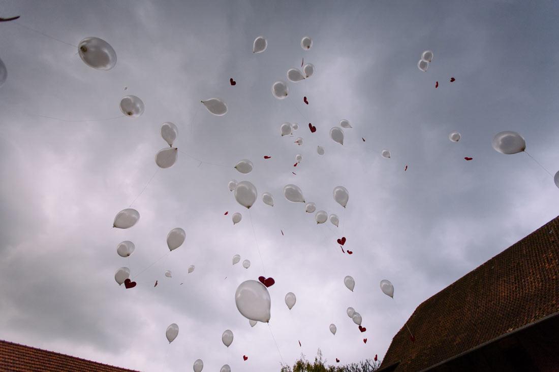 Ballons fliegen über den Hof
