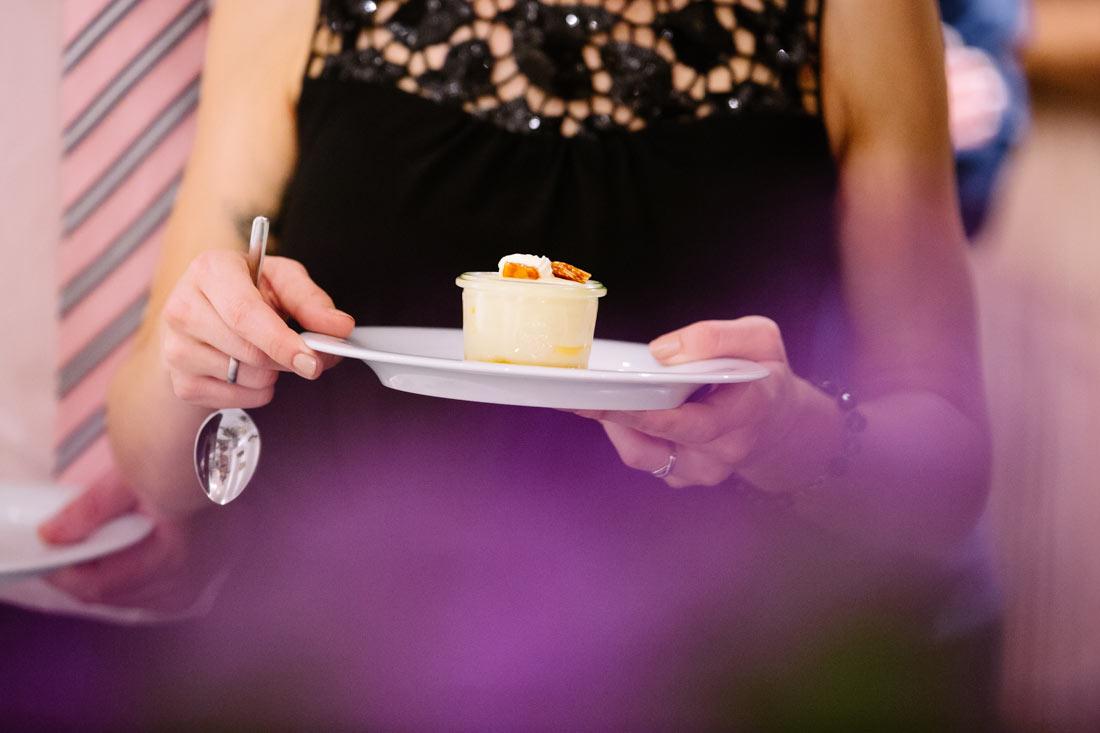 Hochzeitsgast mit Dessert