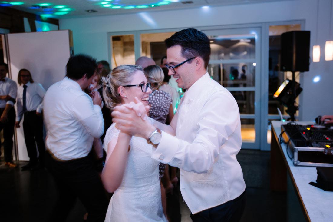 Das Hochzeitspaar tanzt auf der Party