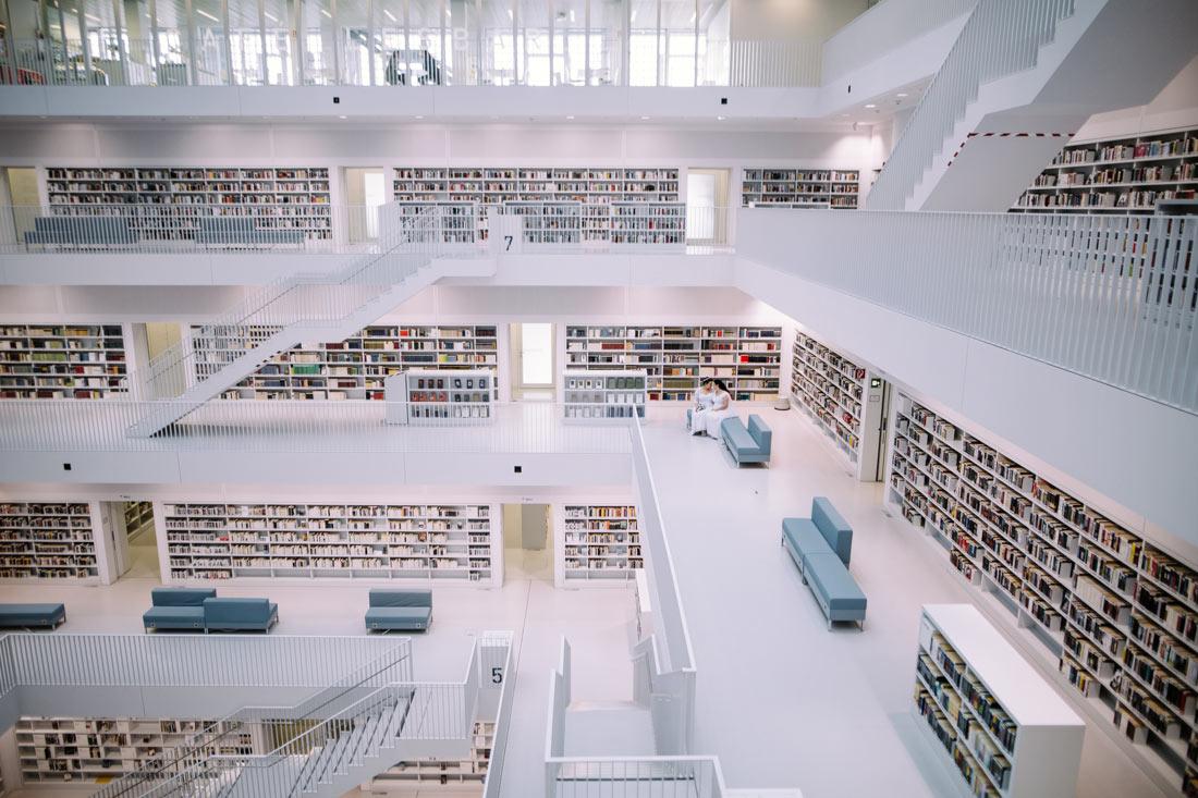 Finde das Brautpaar in der Bibliothek