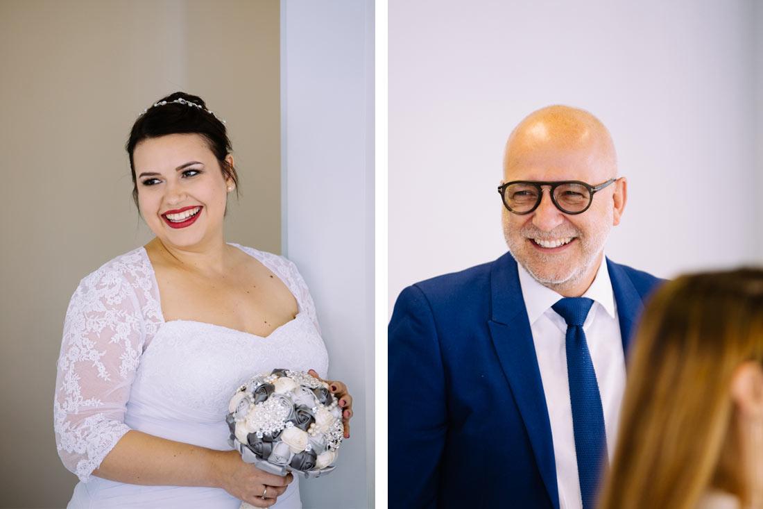 Lachende Braut und ein Gast