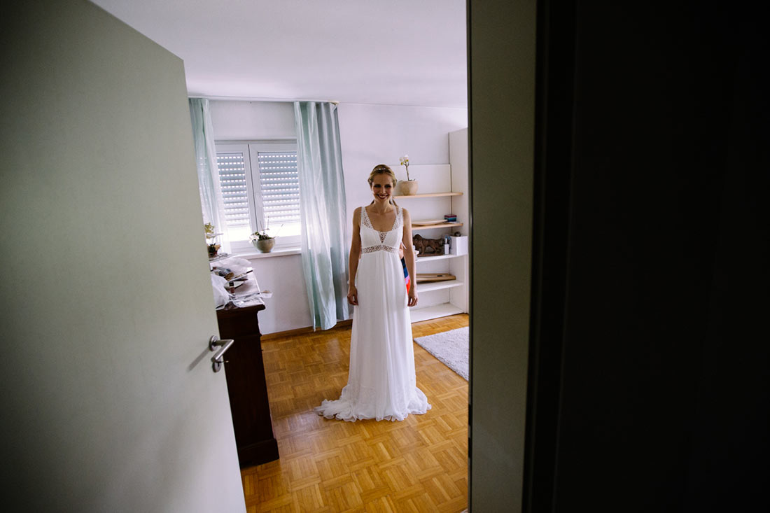 Der Braut wird das Kleid angezogen
