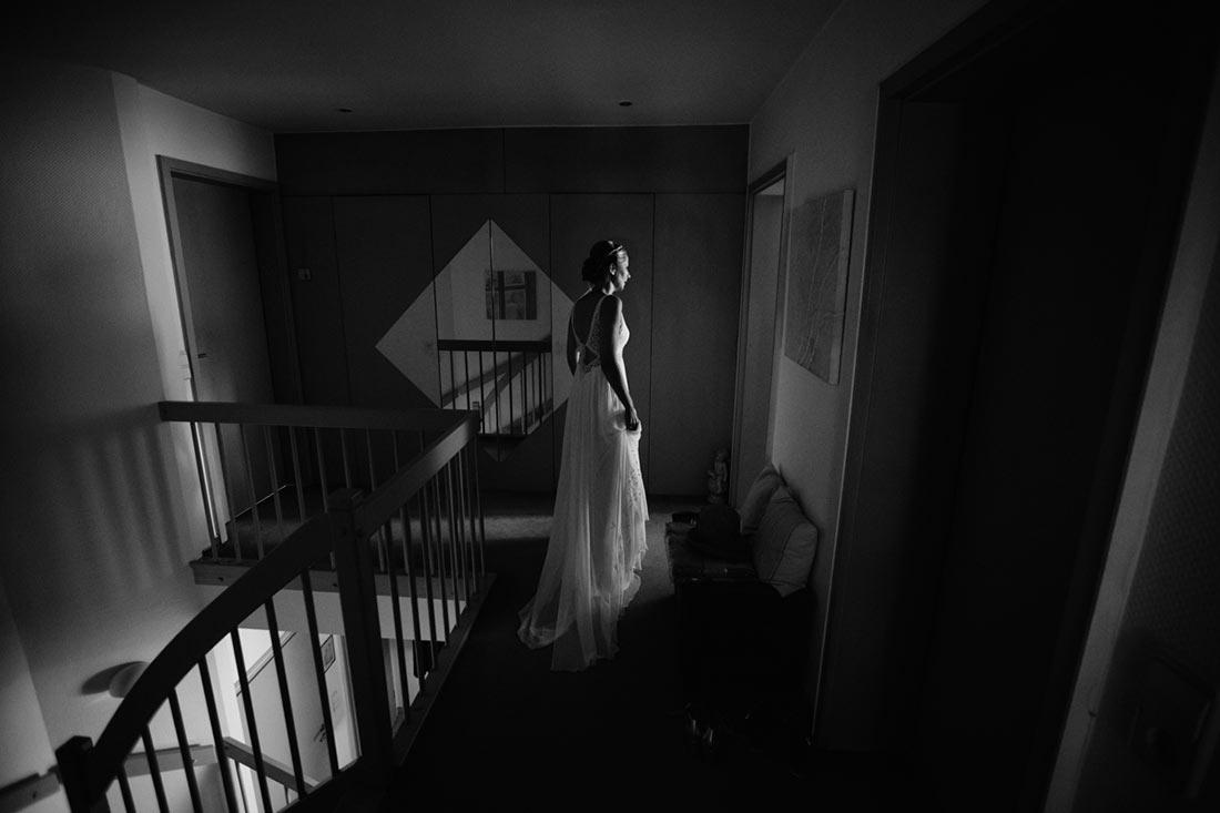Braut steht im Flur