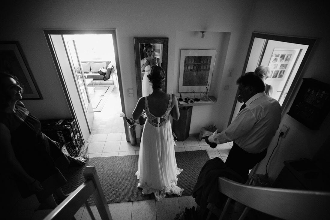 Braut steht vor dem Spiegel