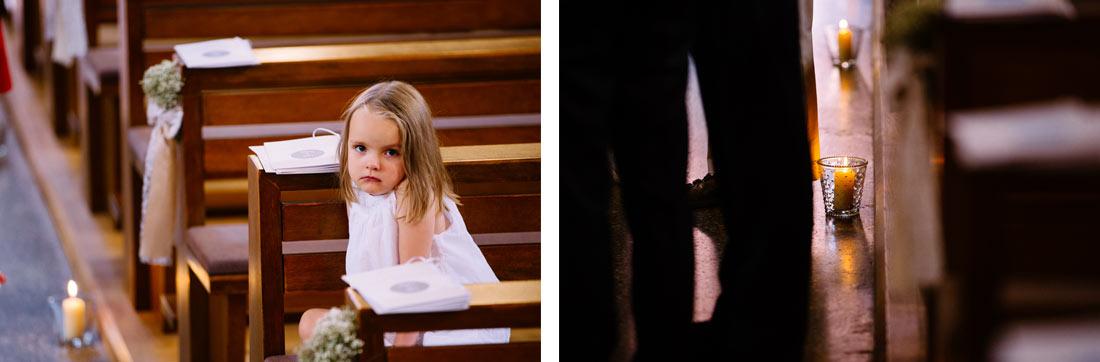 Kind sitzt gelangweilt in der Kirche