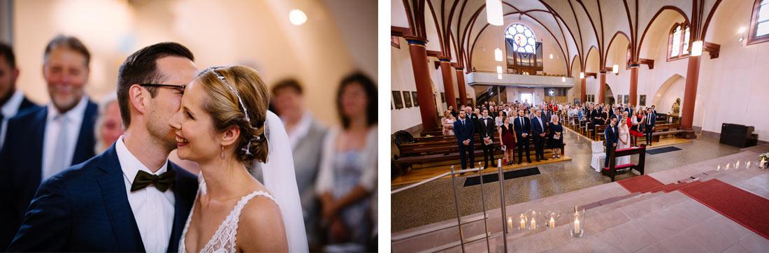 Brautpaar steht vor dem Altar