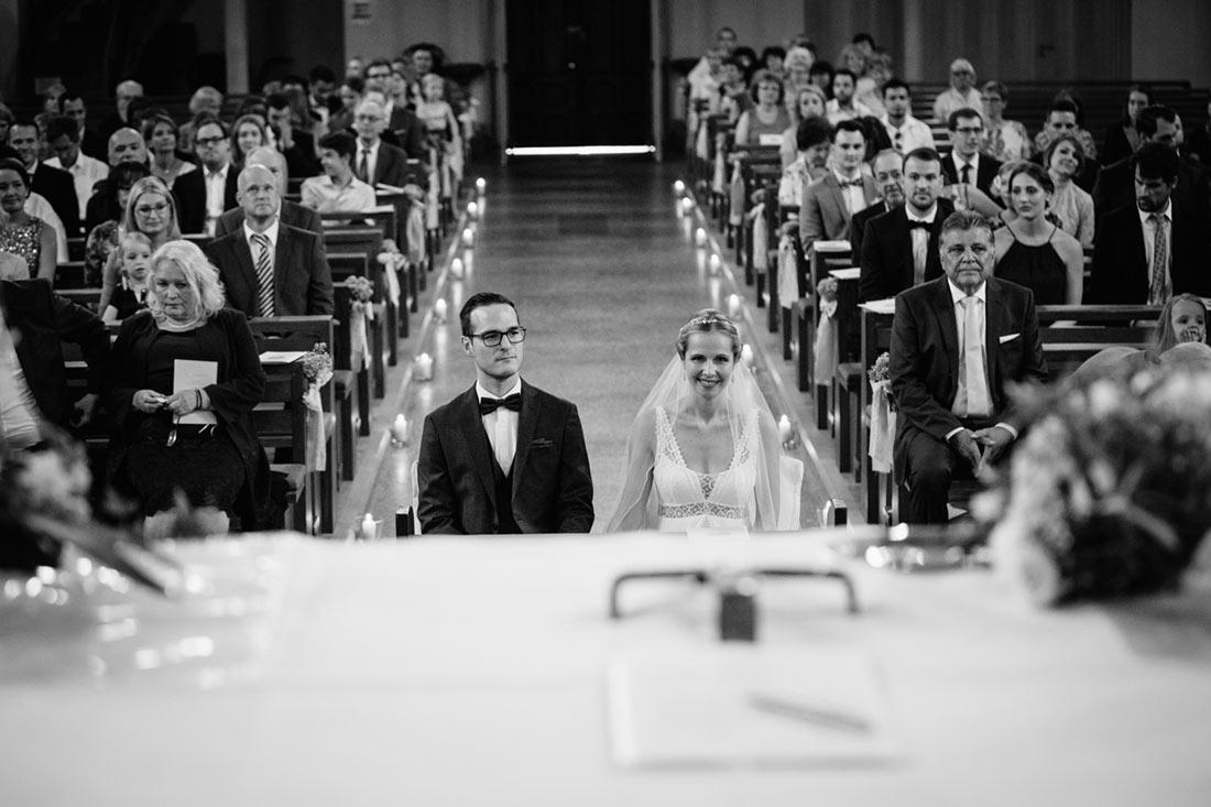 Brautpaar sitzt vor dem Altar
