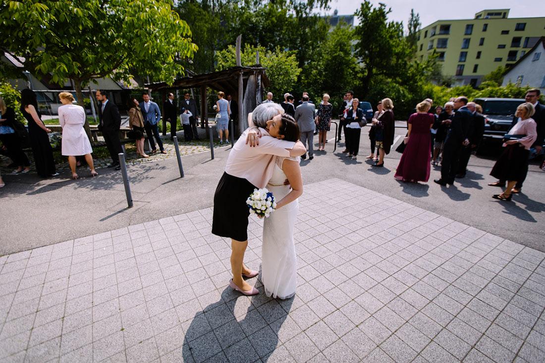 Braut wird auf dem Hof begrüßt