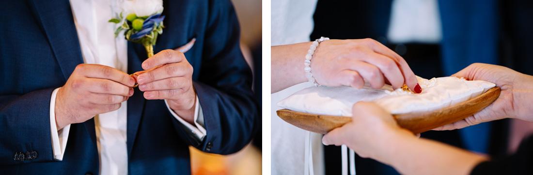 Das Paar tauscht die Ringe