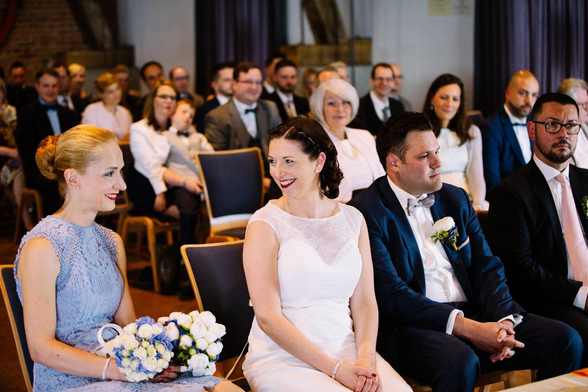 Braut lacht ihre Trauzeugin an