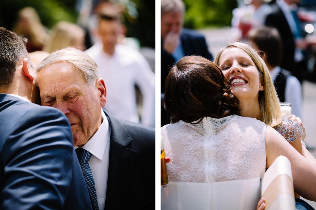 Gäste umarmen das Paar